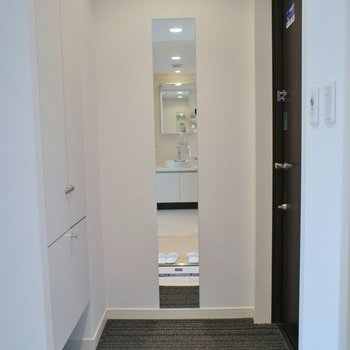 絨毯の玄関で高級感あります。※写真は714号室のもの