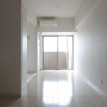 白が基調のきれいめなお部屋。