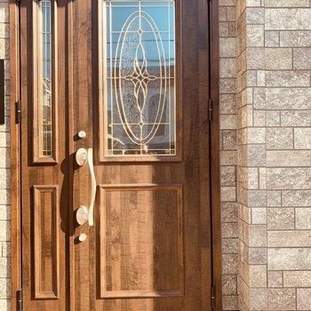 エントランスはこの木目ドア