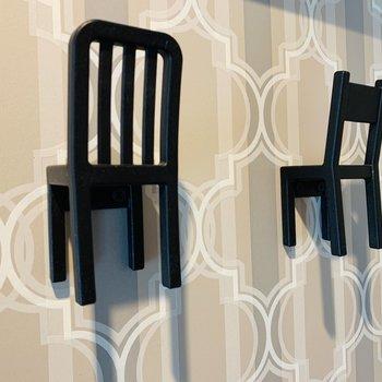 玄関にはこの可愛い椅子のコート掛け◎