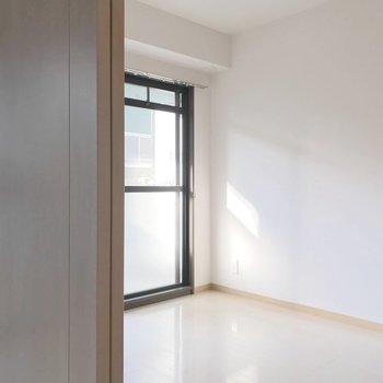 洋室は5.3帖。大きなベッドを置ける広さ。(※写真は清掃前のものです)