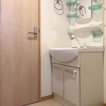 どっしり洗面台で朝の支度もラクラク!(※写真は清掃前のものです)