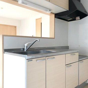 キッチンはナチュラルカラーで清潔感。(※写真は清掃前のものです)