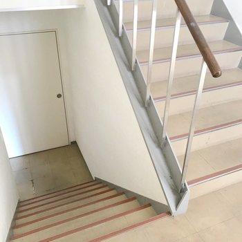 なんだか学校のような階段。両手に買い物袋を持っても十分通れます。