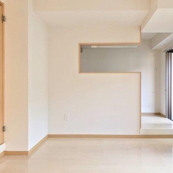 リビングにはカウンターキッチン。段差で空間にメリハリ付けて。(※写真は清掃前のものです)