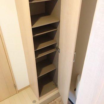 玄関はコンパクト。シューズボックスはスリムだけど高さがあります。(※写真は清掃前のものです)