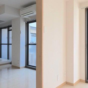 掃き出し窓が3つ!キッチン、リビング、洋室がバルコニーに面しています。(※写真は清掃前のものです)