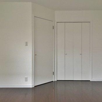 床の色合いが違う洋室スペース
