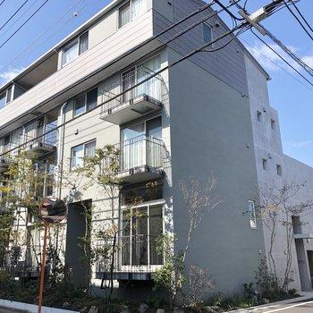通りの角に建つ現代風な建物。