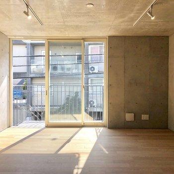 クールなコンクリート壁なのに、ナチュラルな家具が似合いそう。