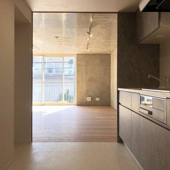 左奥のくぼみに冷蔵庫置き場、水回りは左手の引き戸から。
