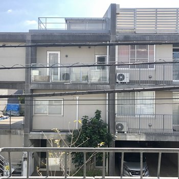 眺望は通りを挟んだ建物です。