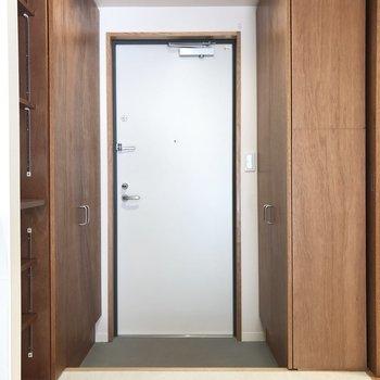 両脇に収納を構えた玄関。