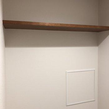 上部の棚にはストックを置けます。