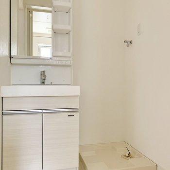 脱衣所に洗濯機を置けます。浴室に干せるので動線スムーズ。