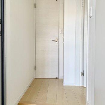 玄関とLDKをしっかり仕切れます。正面にトイレ。