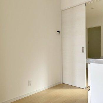 冷蔵庫などはキッチン向かって後ろに置けます。