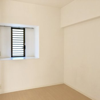 5帖の洋室は寝室に。窓とちょっとした棚が良いな。