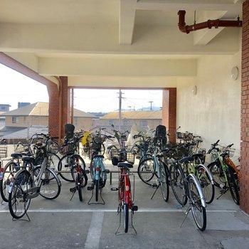 自転車はマンション下に置けます。