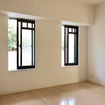 6.4帖の洋室。可愛い窓が2つ並んでいました。
