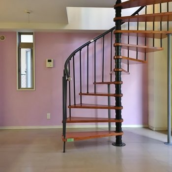 螺旋階段の奥は薄めのピンクでメリハリ