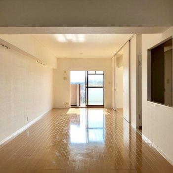 広くて、窓が小さく見える。。。家具置いても狭く感じなさそうだ!