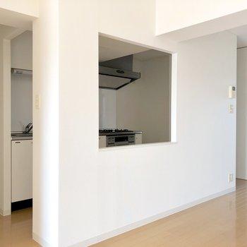 そしてお気に入りのキッチンへ。小窓がすきだ。お店のよう。