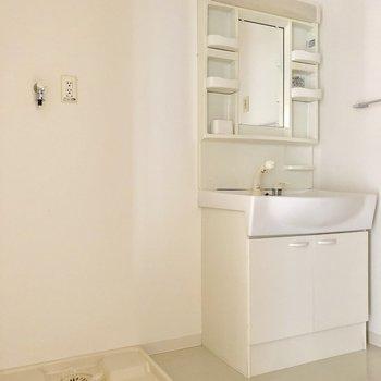 洗濯機と洗面台は並んで。