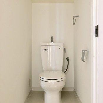 トイレは奥まってありました。上棚にペーパーなど収納できるね!