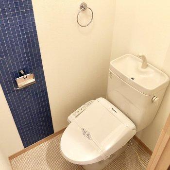 トイレはブルーのタイルが爽やか。