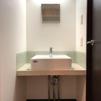 鏡はこんぱくとだけど…薄い緑色のタイルがかわいい!