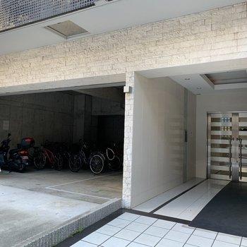 屋根付きの駐輪場なので雨でも安心ですね。