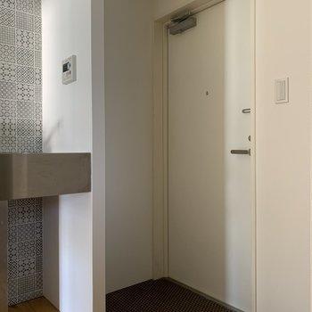 玄関は広めですが収納がないの用意しましょう!