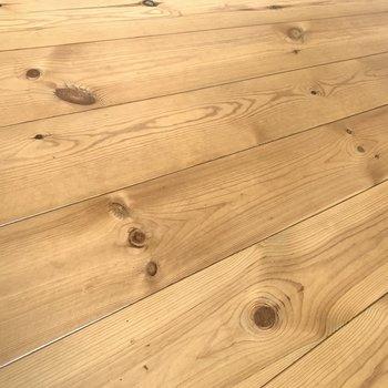 木目がしっかり出た無垢床が気持ちいい!