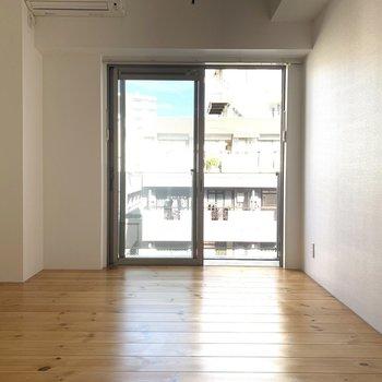 無垢床が美しいお部屋に窓から光が…きれいです!