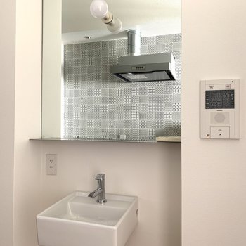 キッチンのタイルが大きい鏡に写り込みます♪