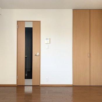 扉に窓があるのでキッチンにも光が入ります。