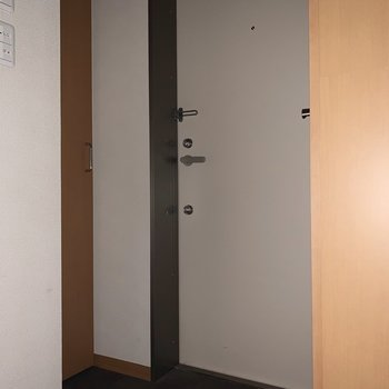 玄関はすっきりした印象でした。※ 写真は通電前・フラッシュを使用して撮影しています