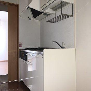 キッチンは清潔感のある白です。