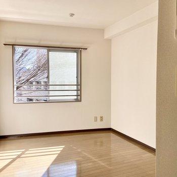 【洋室5.81帖】このお部屋も斜めになっています。