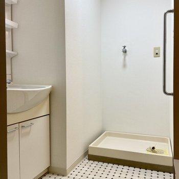 洗濯機置場は脱衣スペースに。