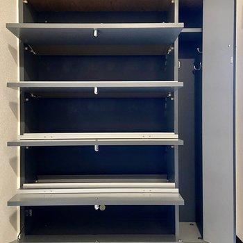 シューズボックスはコンパクトですが実はけっこうたくさん入るんです…!右側のスペースには傘などを収納できます。