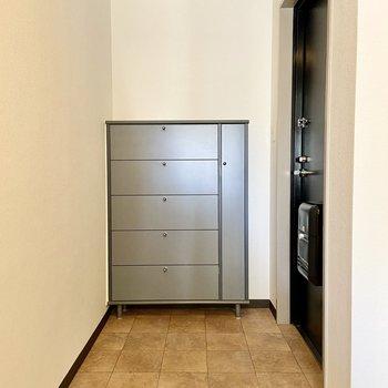 玄関は広々。お掃除しやすそうなタイルがいいですね。