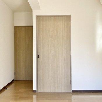 【洋室4.09帖】扉とフローリングの木目が素敵。