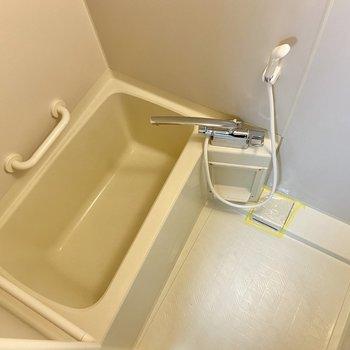 シンプルな浴室。手すりが親切ですね。