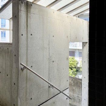 共用部の階段は半屋外空間です。屋根はしっかりついていますよ。