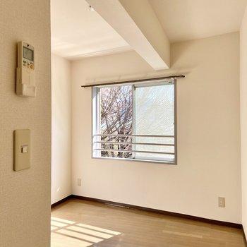 【洋室4.09帖】ゆるりと区切られているみたいな梁が特徴的なお部屋。