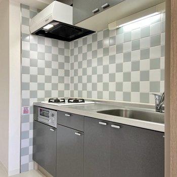 【LDK】キッチンはタイルがチェス盤みたいで素敵。