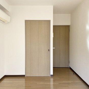 【洋室5.81帖】心地好く、光と風が入る温かいお部屋でした。