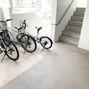 各階のエレベーターホールには自転車置場が。